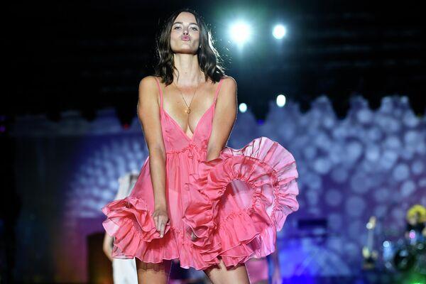 Модель во время показа нижнего белья Etam на неделе моды в Париже