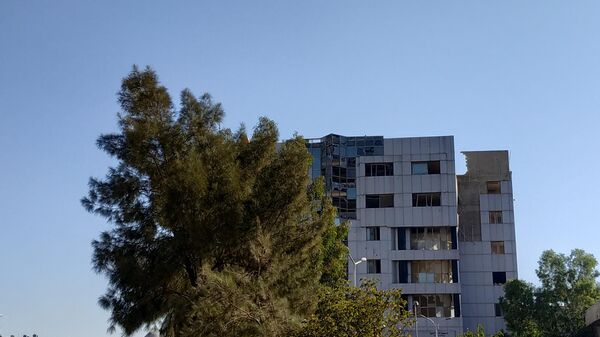 Поврежденное в результате обстрела здание в районе Барза. Дамаск