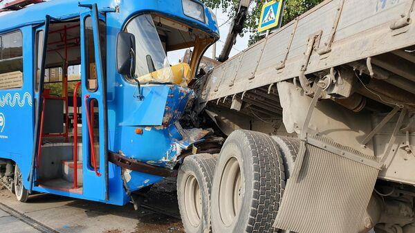 Последствия ДТП с участием трамвая и грузовика на пересечении Загородного шоссе и 4-го Загородного проезда