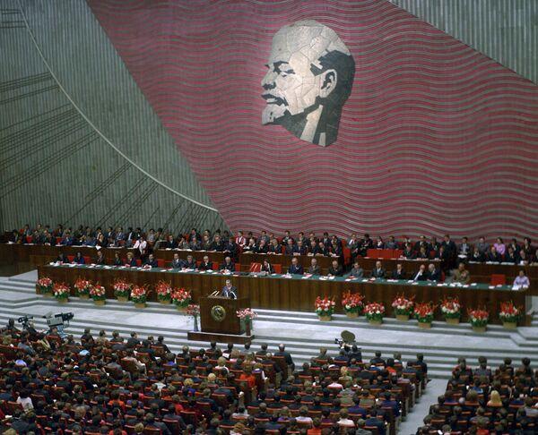 Генеральный секретарь ЦК КПСС Л. И. Брежнев на XVII съезде ВЛКСМ. 1974 год
