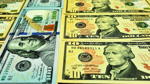Банкноты номиналом 10 и 100 долларов США
