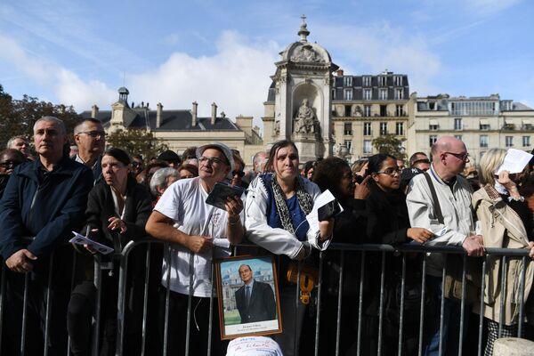 Люди, собравшиеся у церкви Сен-Сюльпис перед началом траурной церемонии прощания с бывшим президентом Франции Жаком Шираком