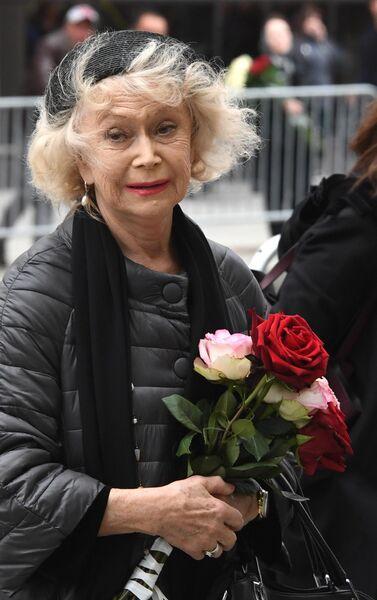 Актриса Светлана Немоляева у здания театра Ленком, где проходит церемония прощания с режиссером Марком Захаровым
