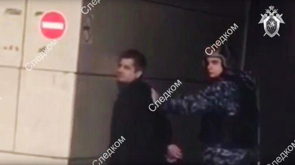 Стоп-кадр видео задержания подозреваемого в нападении на сотрудника СК РФ в Москве