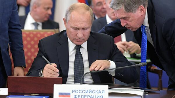 Президент РФ Владимир Путин во время церемонии подписания итоговых документов по итогам заседания Высшего Евразийского экономического совета и глав приглашенных государств в Ереване