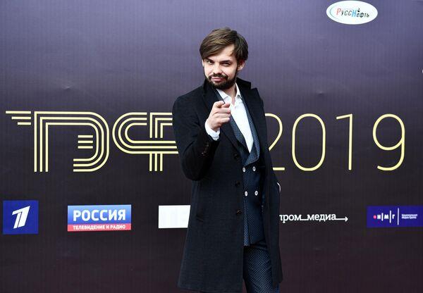 Актер Денис Бузин перед началом торжественной церемонии вручения премии ТЭФИ-2019 в Московском театре мюзикла