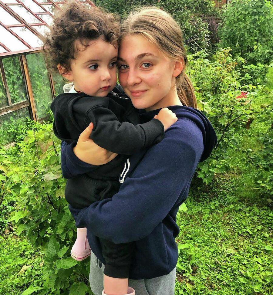 Дочь Евгения Папунаишвили София с сестрой Анной на подмосковной даче