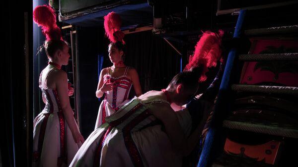 Танцовщицы перед выступлением на шоу Феерия в Мулен Руж в Париже, Франция