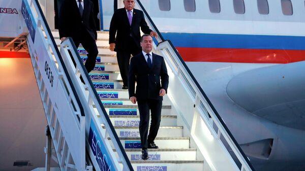 Председатель правительства РФ Дмитрий Медведев во время встречи в международном аэропорту им. Хосе Марти в Гаване