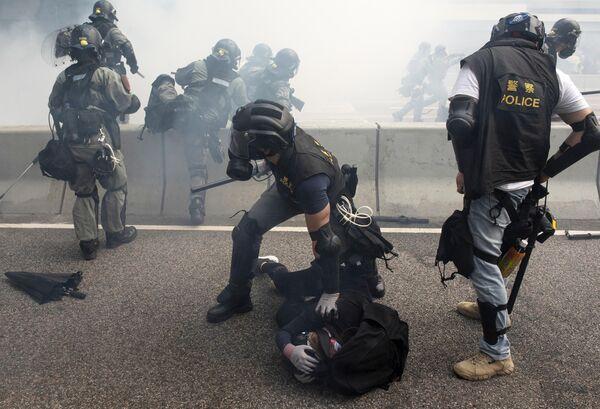 Сотрудники полиции во время задержания участников протестов в Гонконге