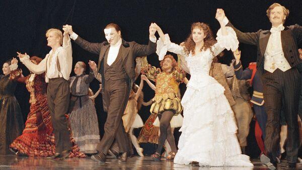 Участники мюзикла Призрак Оперы выходят на поклон во время премьерного показа на Бродвее