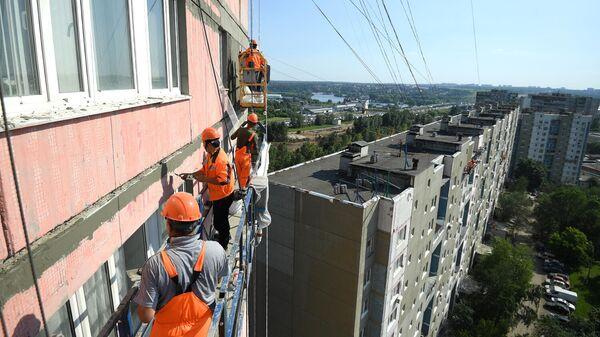 Рабочие во время капитального ремонта жилого дома