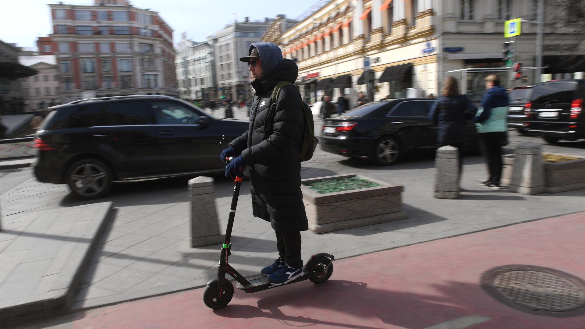 Мужчина едет на электросамокате - РИА Новости, 1920, 03.12.2020