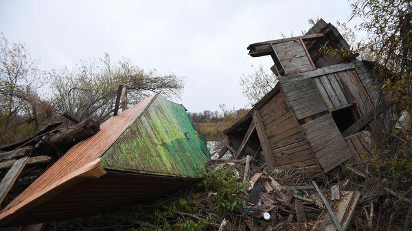 Мусор и строения, принесённые наводнением, на берегу реки Ия в Тулуне