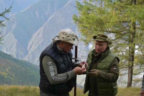 Президент РФ Владимир Путин и министр обороны РФ Сергей Шойгу во время прогулки в тайге