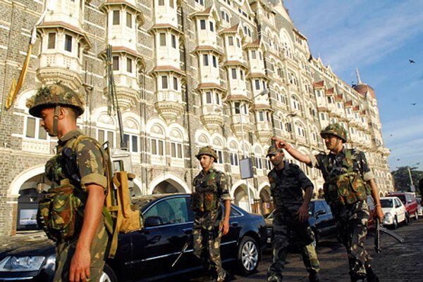Военные возле гостиницы Taj Hotel, подвергшейся нападению террористов в Мумбаи