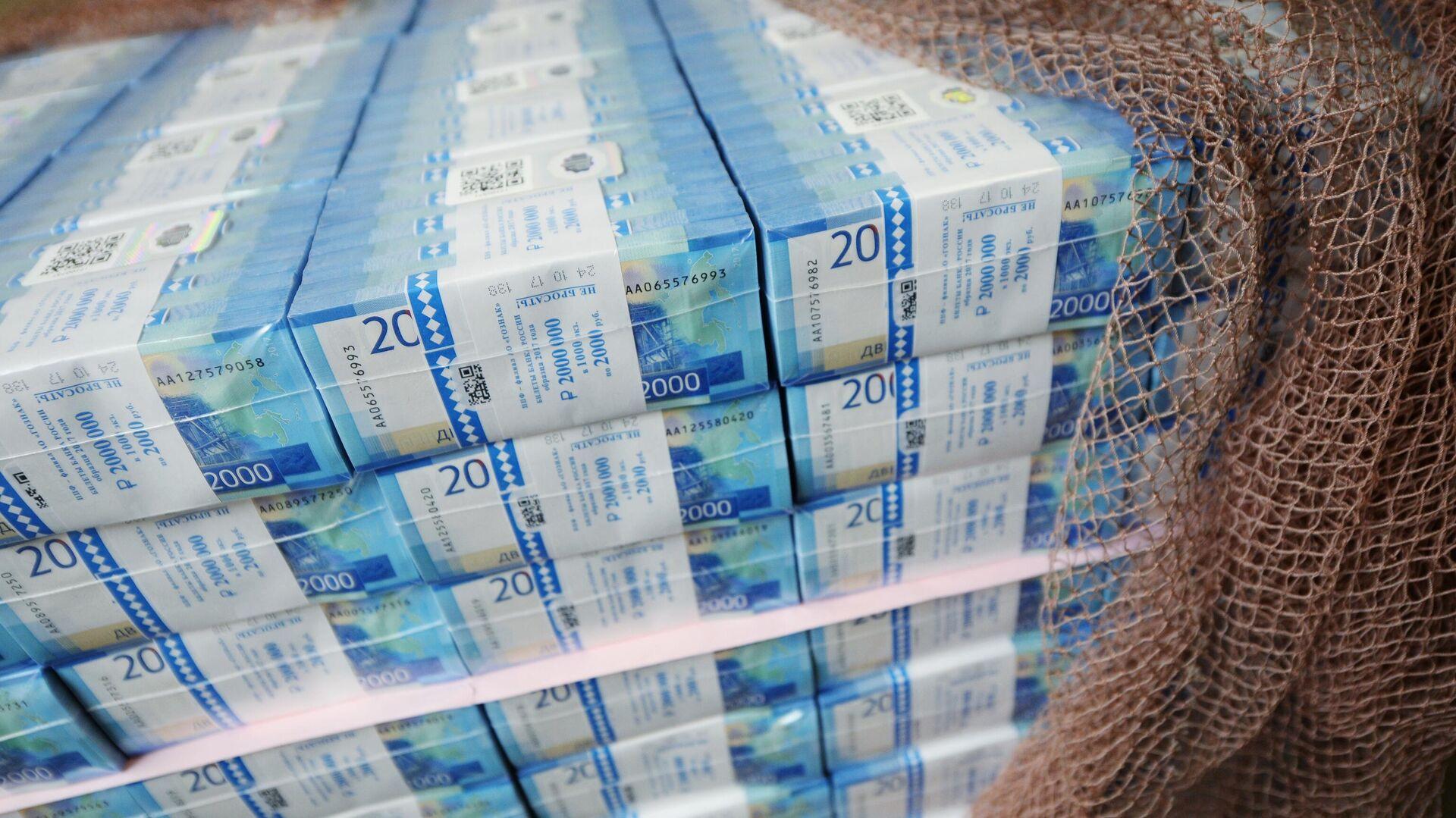 Пачки с денежными купюрами номиналом 2000 рублей - РИА Новости, 1920, 23.07.2021