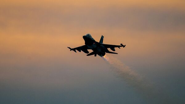 Американский истребитель  F-16 в небе
