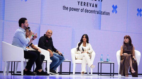 Американская модель, актриса Ким Кардашьян во время форума Всемирного конгресса информационных технологий в Ереване