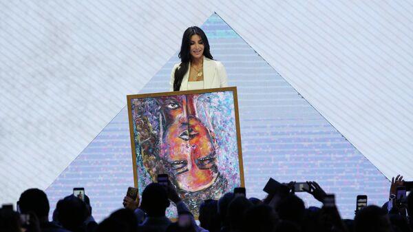 Американская модель, актриса Ким Кардашьян с картиной на форуме Всемирного конгресса информационных технологий в Ереване