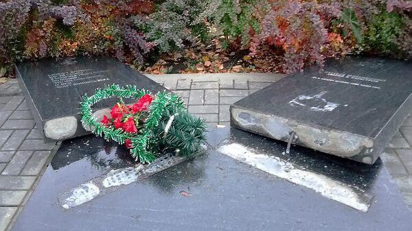 Поврежденный памятник жертвам радиационных аварий и катастроф в Колпино, Ленинградская область. 9 октября 2019