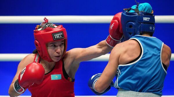 Слева направо: Дина Жоламан (Казахстан) и Инна Статкевич (Украина) в поединке отборочного этапа в весовой категории до 54 кг на чемпионате мира по боксу AIBA среди женщин в Улан-Удэ.