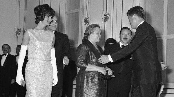Президент США Джон Кеннеди приветствует Нину Хрущеву во дворце Шенбрунн в Вене. 3 июня 1961