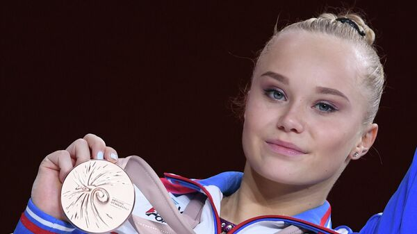 Ангелина Мельникова (Россия), завоевавшая бронзовую медаль в личном многоборье среди женщин на чемпионате мира по спортивной гимнастике в Штутгарте, на церемонии награждения.