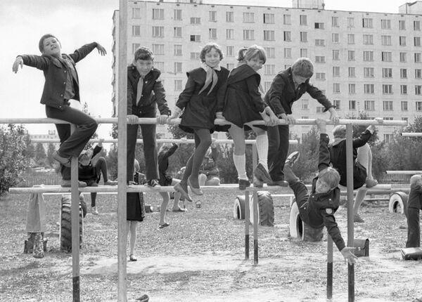 Ученики одной из московских школ играют во дворе после уроков