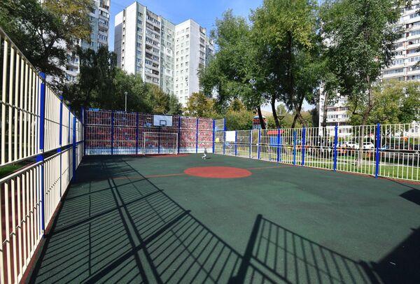 Спортивная плошадка в благоустроенном дворе на улице Бакинская в Москве