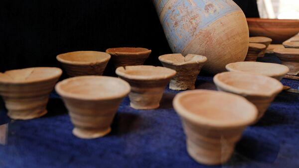 Презентация артефактов, найденных в результате раскопок в Долине Обезьян возле Долины Царей в Луксоре