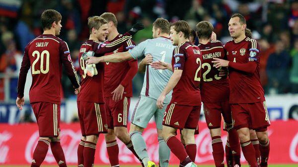 Футболисты сборной России радуются победе над командой Черногории в квалификации ЕВРО-2016
