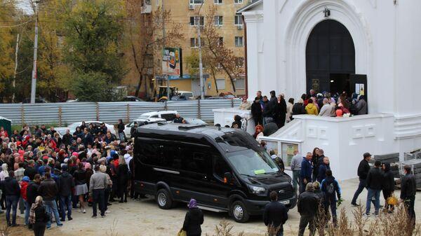 Люди у храма Первоверховных апостолов Петра и Павла в Саратове, где проходит отпевание убитой девятилетней Лизы Киселевой