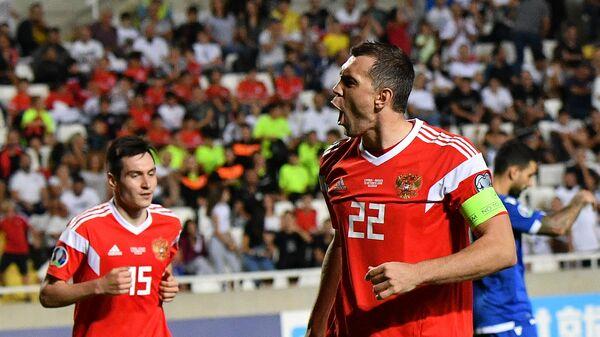 Футболисты сборной России Артем Дзюба (справа) и Вячеслав Караваев радуются забитому мячу
