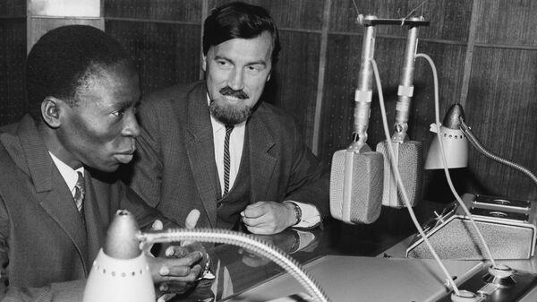 Генеральный директор радио Дагомеи Ноэль Соссуви-Менса выступает по московскому радио. Справа - заведующий отделом вещания на страны Западной Африки Алексей Златорунский