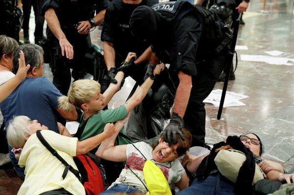 Столкновения протестующих с полицией, Каталония.