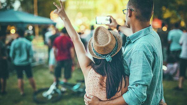Молодая пара на фестивале