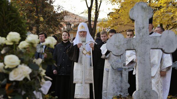 Патриарх Московский и всея Руси Кирилл проводит заупокойную литию на могиле митрополита Никодима  в Санкт-Петербурге