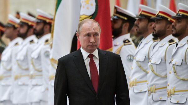 Президент РФ Владимир Путин на церемонии официальной встречи во время визита в ОАЭ