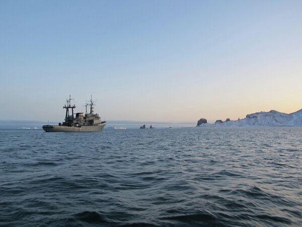 Буксирное судно Алтай на фоне Тегетгофа