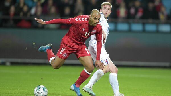 Нападающий сборной Дании по футболу Мартин Брейтуэйт (слева)