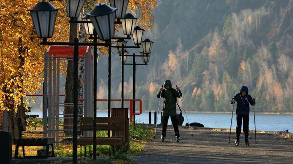 Горожане катаются на роликовых лыжах на набережной реки Енисей в Дивногорске