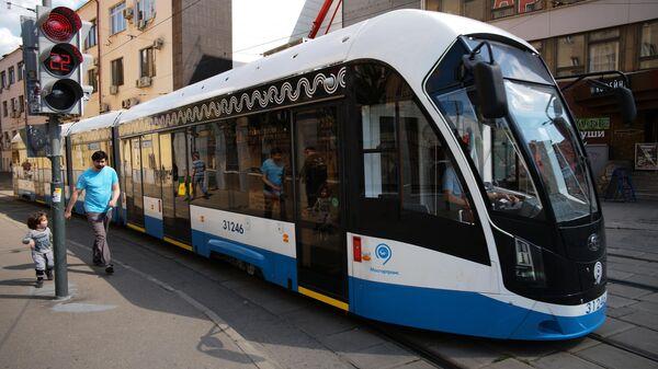 Трамвай Витязь-М в Сыромятническом переулке в Москве