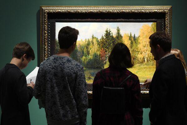 Посетители на выставке Василия Поленова рассматривают картину Осень в Абрамцеве в Третьяковской галерее на Крымском валу