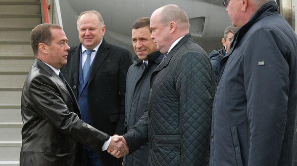 Председатель правительства РФ Дмитрий Медведев, прибывший с рабочей поездкой в Екатеринбург, во встречи в аэропорту Кольцово
