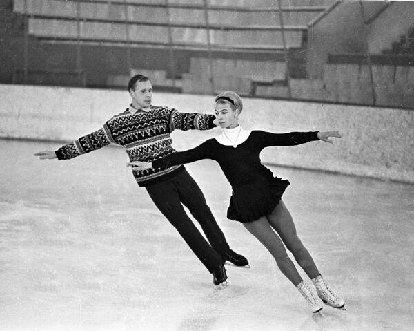 Фигуристы Людмила Белоусова и Олег Протопопов тренируются перед олимпиадой в Гренобле