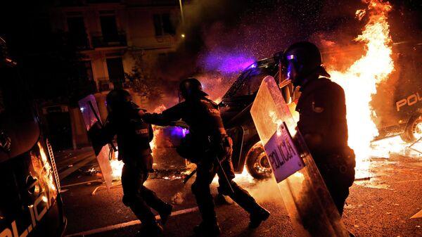 Полиция на улице Барселоны в ночь с 16 на 17 октября