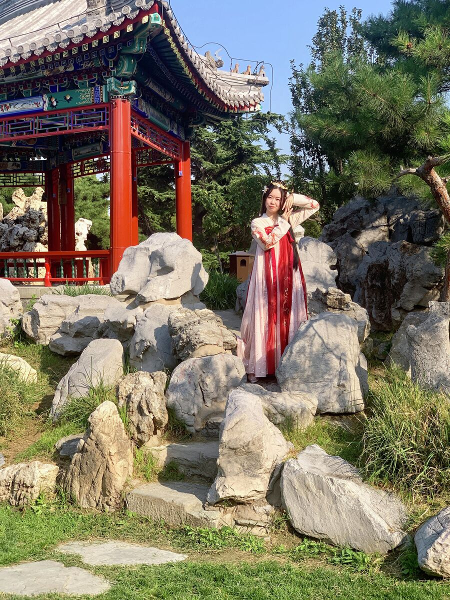 Девушка фотографируется в парке Храма Неба, Пекин, Китай