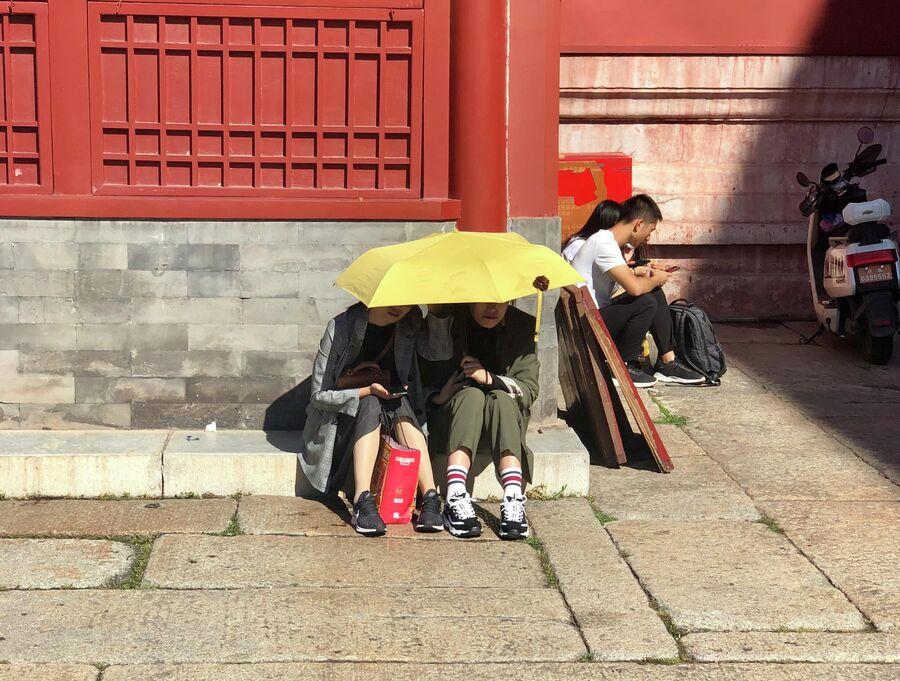 Туристы спасаются от солнца, Запретный город, Китай