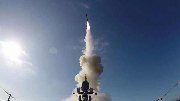 Пуск высокоточной крылатой ракеты Калибр